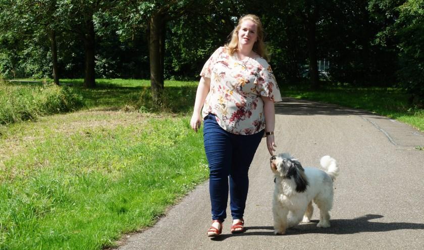 """Rianne geniet van het wandelen met haar jonge en enthousiaste hond Scooby. """"Ik wil hem later gaan inzetten als therapiehond bij weerbaarheidstrainingen en teambuilding."""""""