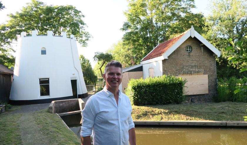 Marco Ruijgrok bij de stomp van Molen van Stap (links) en het dichtgetimmerde Molenaarshuisje (rechts) aan het Polderpad