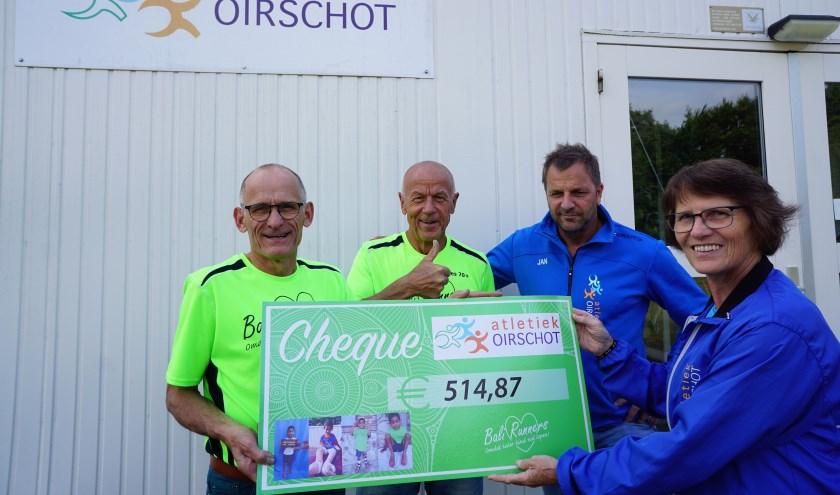 Bali-Runners Henk van Gerven en Kees Smetsers krijgen de cheque van Jan Swaans en Leny de Crooni