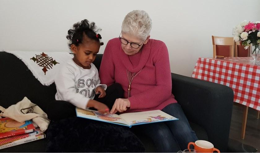 De VoorleesExpress, dat betekent ook samen boeken lezen en samen genieten.(Foto: Bibliotheek Noord-Veluwe)
