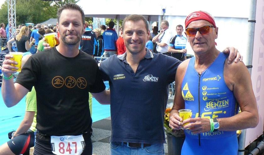 Pepijn, Bas en Jan van de Pol, vlak na hun gezamenlijke finish bij Triathlon Veenendaal in 2014.(Foto: Stichting Triathlon Veenendaal)