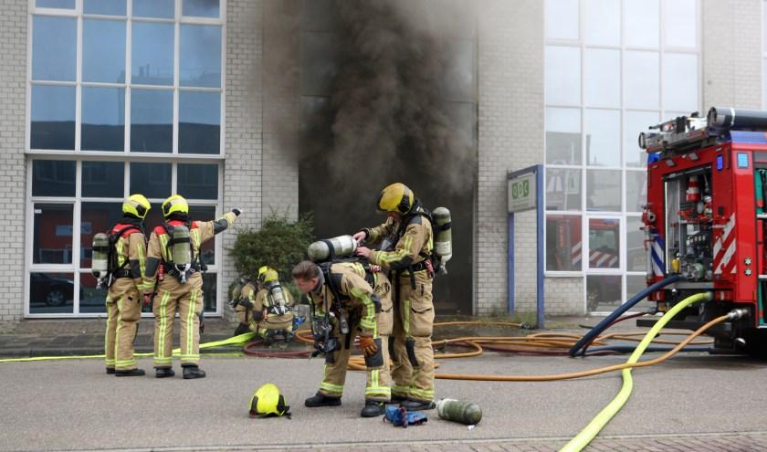 Het blussen van de brand aan de Steenplaetsstraat bleek een flinke klus. Foto: Peter van Zetten.