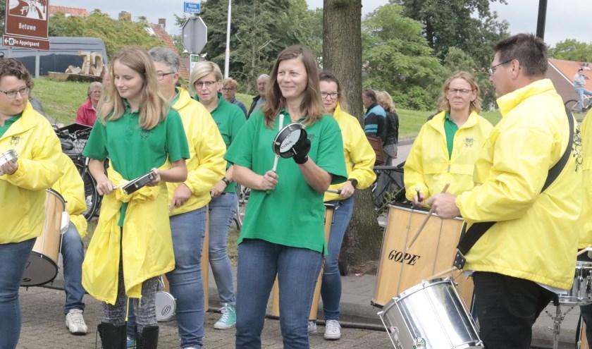 De sambaband o.l.v. de bekende Lody van Wiggen deed haar best.