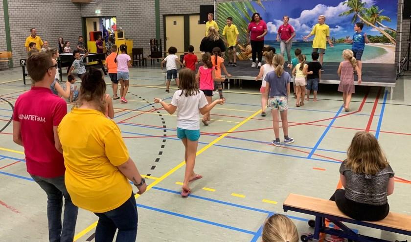 In de sportzaal worden onder meer spellen gespeeld en voorstellingen gegeven. (FOTO: Cees van Meerten FotoExpressie)