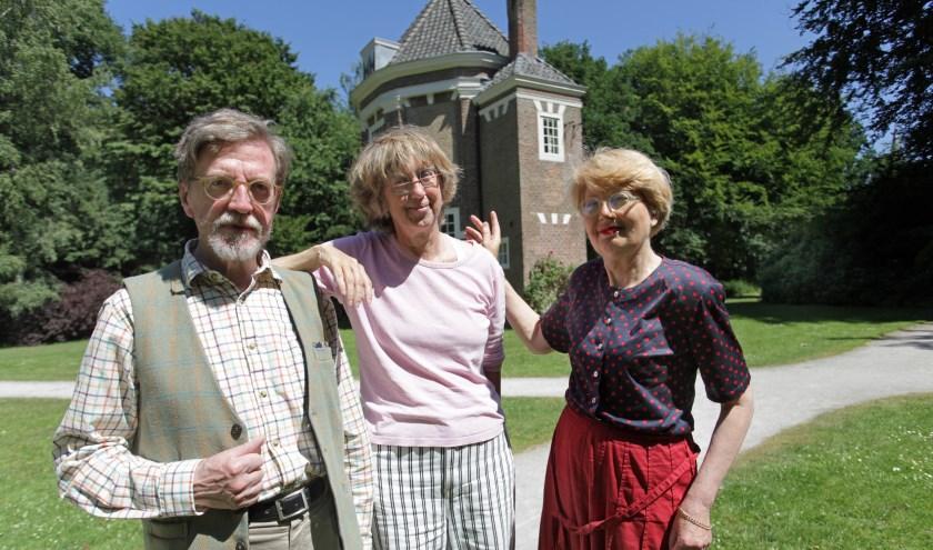 V.l.n.r. Ben Kleikamp, Enny Kleikamp en Titia van Zweeden bij het theehuis in Park Oostbroek (Foto: Peter van Zetten).