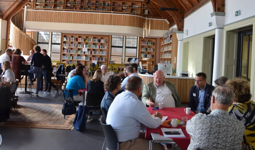 Aan vijf tafels in de studiezaal/bibliotheek van het Christelijk Lyceum in Zeist worden de thema's van samenwerking besproken tussen gelijke aantallen ondernemers en schoolbestuurders. FOTO Ben Blom