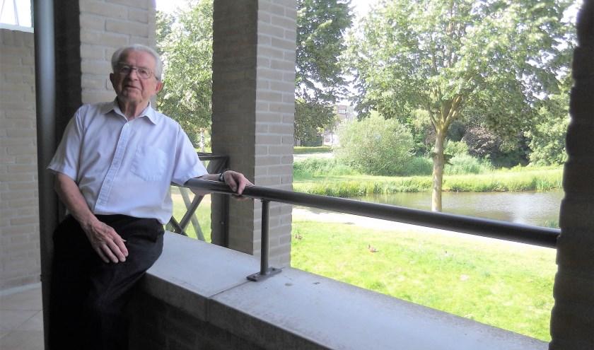 De heer Ton Las op het balkon van zijn appartement in Helmond.