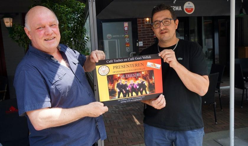 Egbert van Barneveld en Peter van den Boogaard poseren met de poster die het evenement aankondigt. (foto: Tom Oosthout)