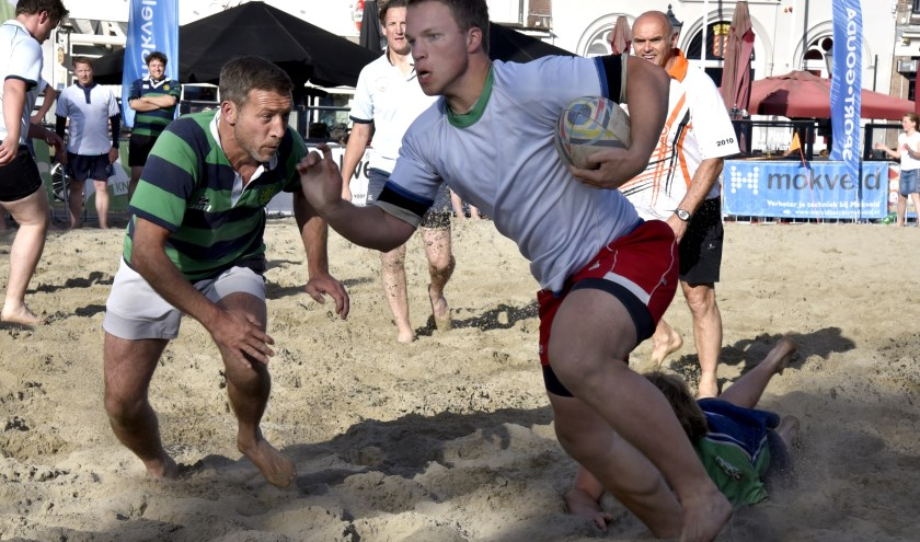 Beach Rugby betekent spektakel. RFC Gouda organiseet zaterdag een groot toernooi op de markt. Foto: Marianka Peters