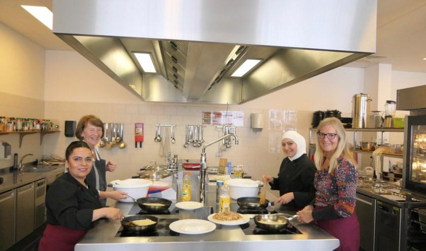 Samen koken en eten leidt vaak tot meer begrip hebben voor elkaar. Daarin schuilt dan ook de kracht van Cultureel Eetcafé Mariënkroon.