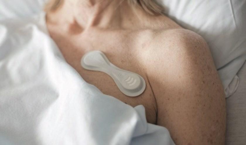 De monitoring van de patiënt gebeurt met de Philips Biosensor. Dit is een high-tech sensor in de vorm van een grote pleister.