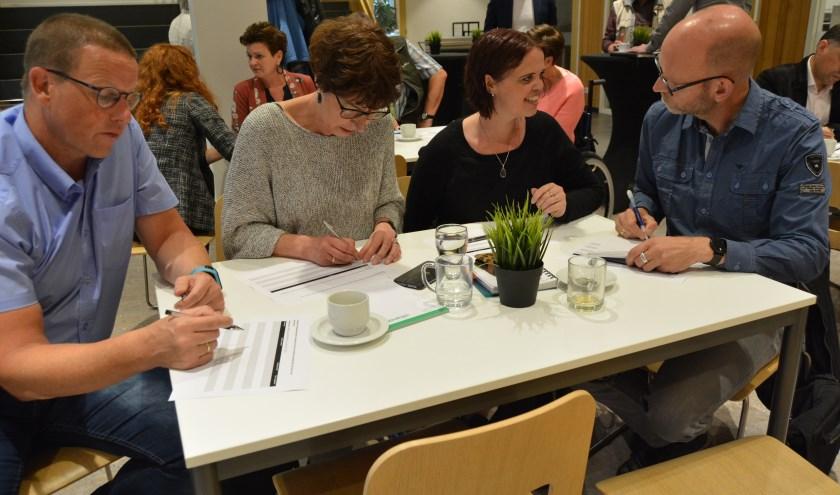 Vertegenwoordigers van vrijwilligersorganisaties vullen de vragenlijsten in. (Foto's: Pieter Vane)