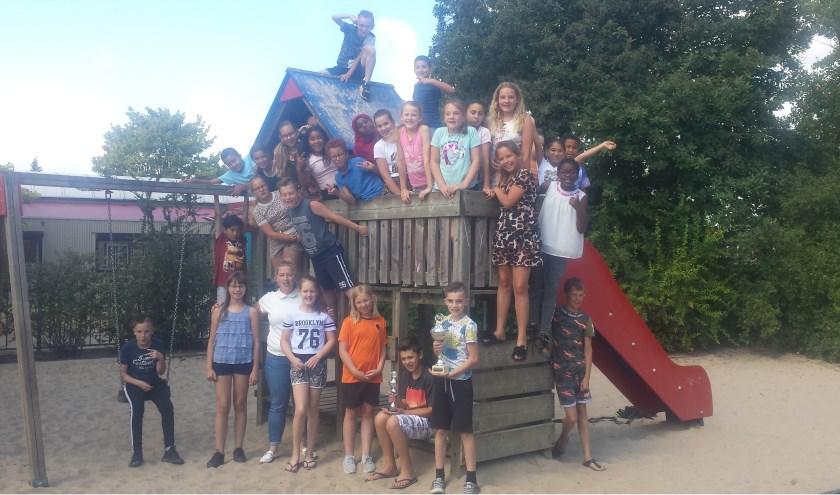 Trotse leerlingen van brede school De Lindenhoeve tonen hun welverdiende bekers.