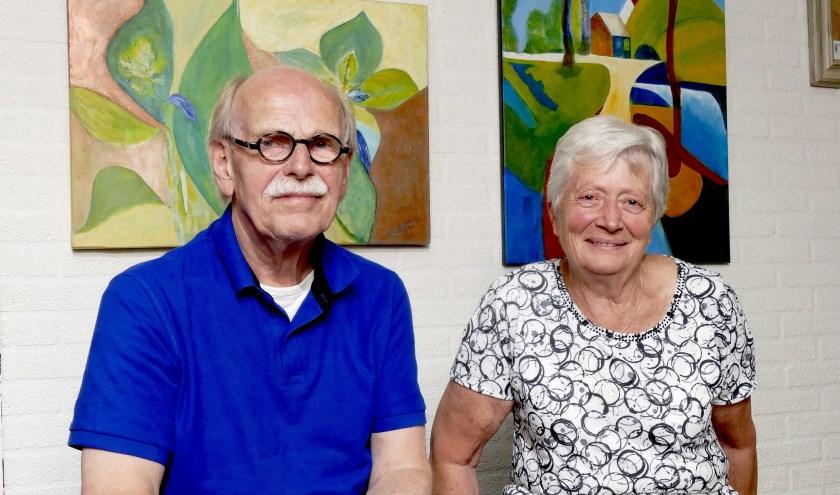 Dick Achtereekte en Truus Branderhorst bij het Buurtmuseum in De Schalm. (foto Auke Pluim)
