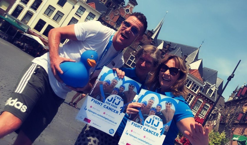 Ron Link met leden van het Swim to Fight Cancer team