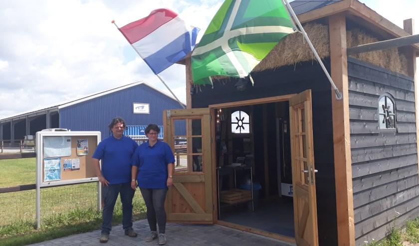 """Harald en Anke Wiltink voor De Melktap. """"Dagelijks tussen 07.30 en 21.00 uur kun je hier een fles verse melk kopen."""" (foto: Ceciel Bremer)"""