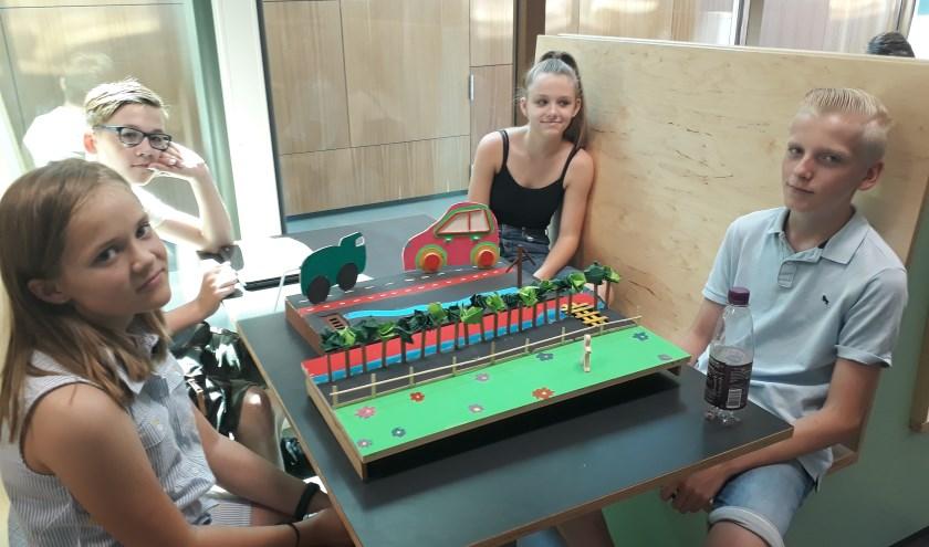 Enkele leerlingen van het Merletcollege deden onderzoek naar het terugdringen van zwerfafval in Cuijk. (foto: Jos Janssen)