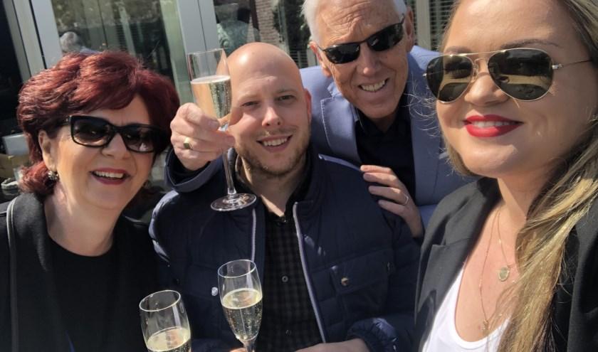 Sanda (links), Benny, Peter en Andreea houden de datum van hun feestje nog even geheim...