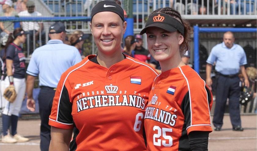 Karin Tuk (l) en Cindy van der Zanden nog vol goede moed voor het behalen van een plek op de Olympische Spelen.
