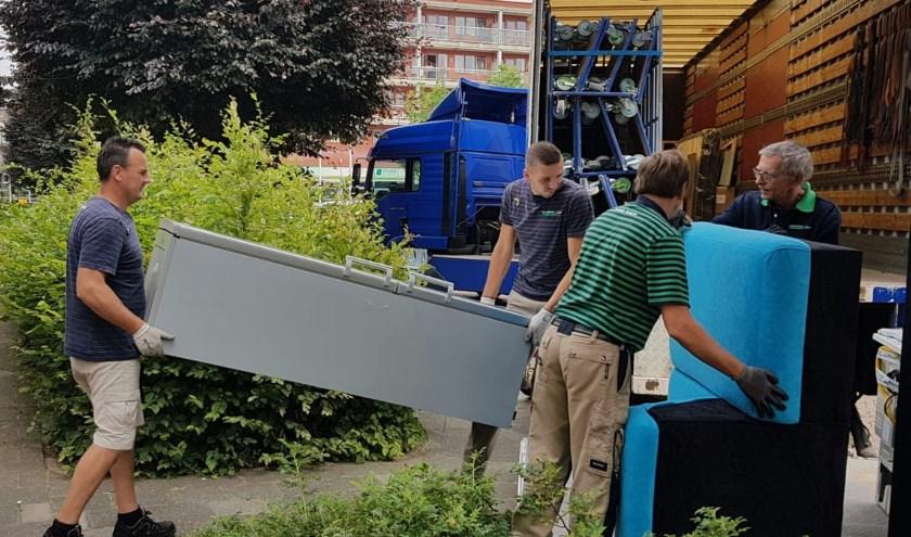 Stichting De Verhuisfamilie in actie in Sliedrecht. (Foto: De Verhuisfamilie)