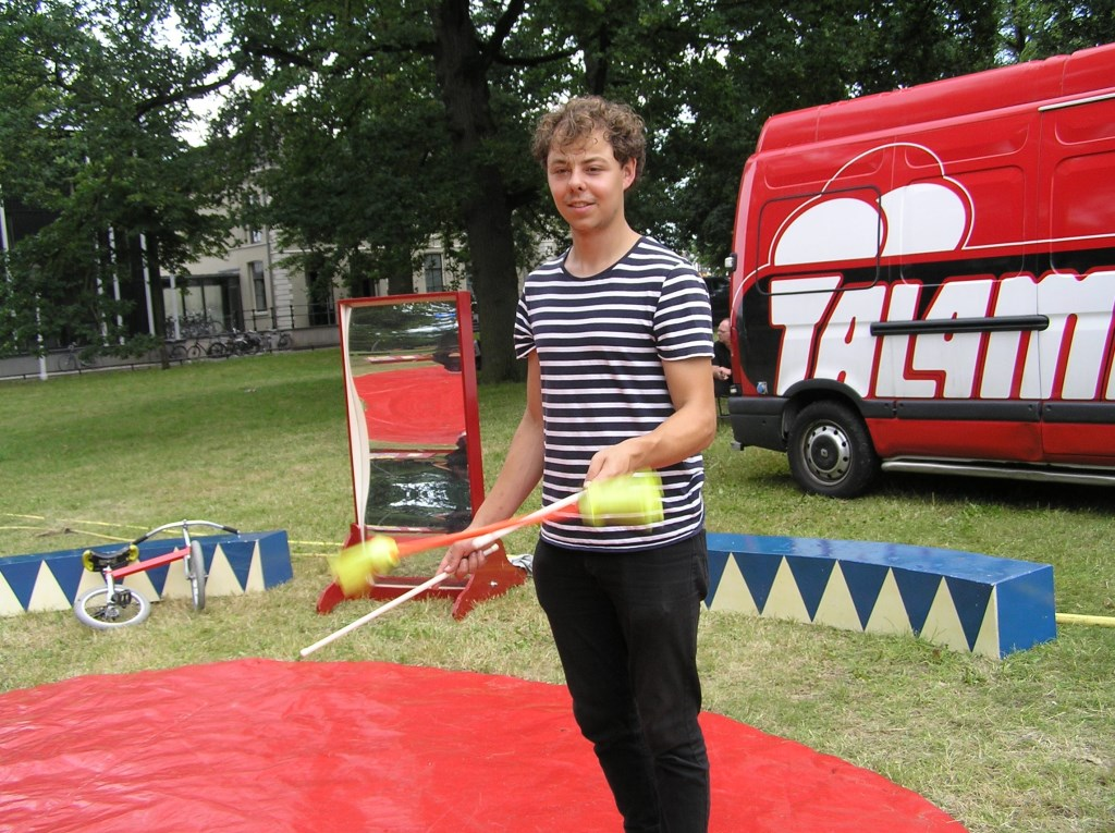 Eten op rolletjes liep zaterdag door slecht weer pas laat echt op rolletjes. Deze jongleur liet zich echter niet ontmoedigen. Foto: Gerreke van den Bosch © DPG Media