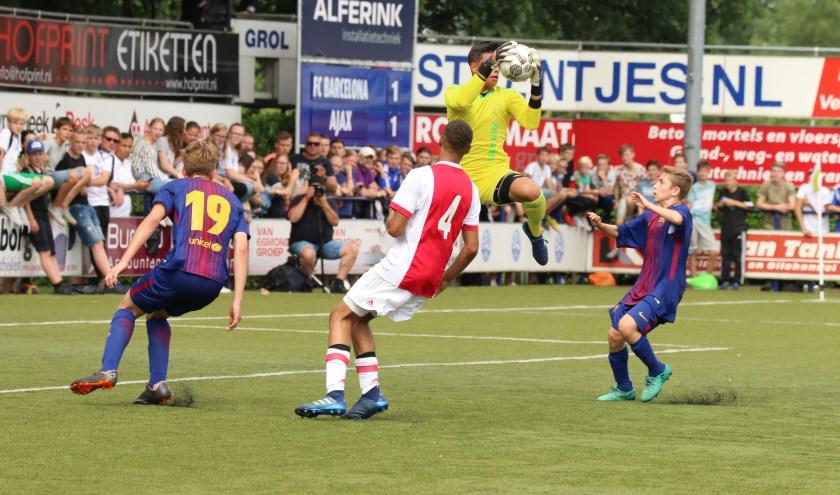 Dani plukt de bal uit de lucht in een wedstrijd tegen Barcelona tijdens het Marveldtoernooi (foto: Debbie Rietdijk)