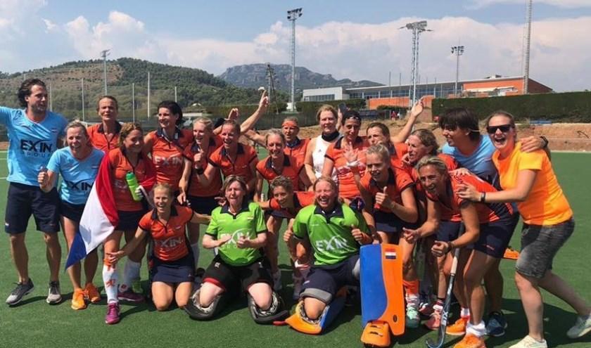 De Nederlandse selectie Dames 45+ nam vorig jaar deel aan het WK Masters in Spanje. Oranje, met Boukje Vermeulen van HC Rotterdam, won de finale tegen Engeland met 1-0. (Foto: Masters Hockey Nederland)