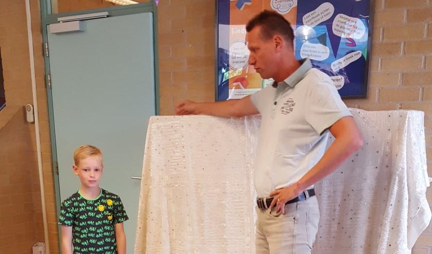Gerard van Gemert knipte samen met een leerling een lint door als opening. En heeft u nog kinderboeken over? Zet ze in de zwerfboekenkast!