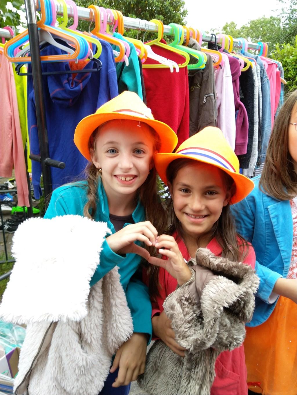 Linda en Rebeka vorig jaar op de kledingbeurs.  © DPG Media