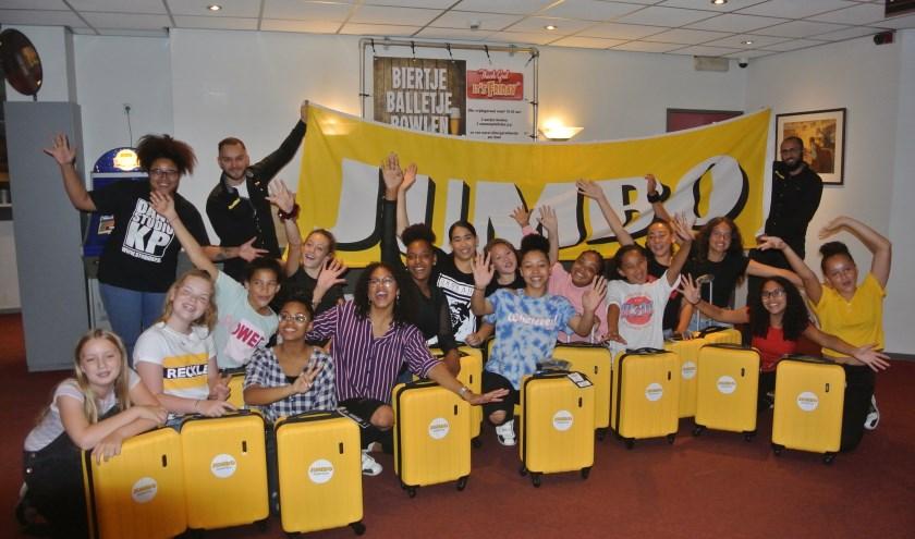 De meiden van The Big Bang, gecoacht door Kimberly Pikeur, kunnen niet wachten om af te reizen met de gedoneerde koffers. Foto: Edpa Photo