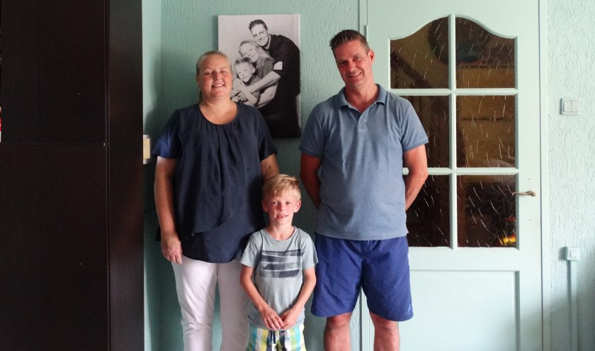 Mireille, Djordy en Michael. De slingers hangen nog in de woonkamer. (foto: Elisa Kuster)