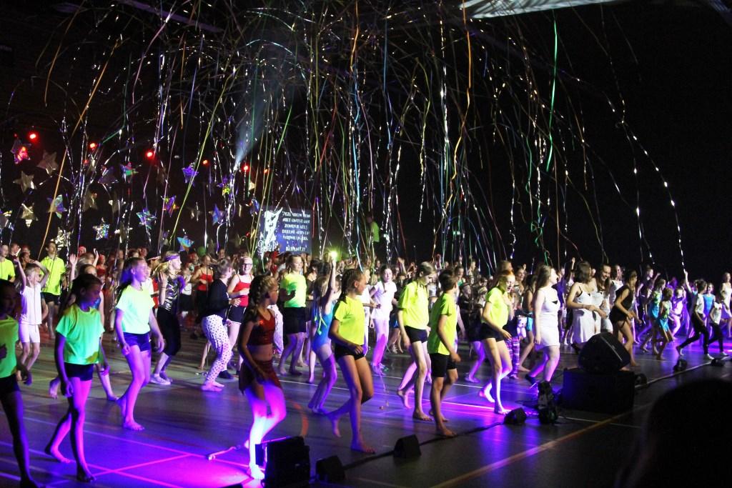 alle leden sloten de show af met een dans Foto: Alex Beukhof © DPG Media