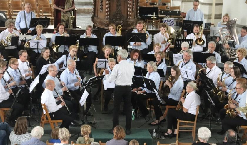 """Het grote orkest van Concordia en Pieter Aafjes bracht een mooi """"Blad""""blazersconcert onder leiding van componist Lucas Vis."""