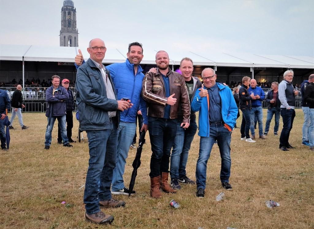 Rijnweek Deze heren uit Veenendaal en Ede luisteren op afstand naar de band op de Rijnweek.  © DPG Media