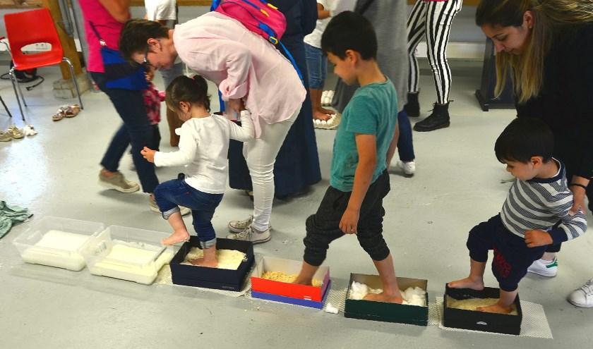 Tijdens het Aanzet-festival konden kinderen ook niet voor de hand liggende lichaamsdelen op een leuke manier gebruiken (Foto Frans Assenberg).