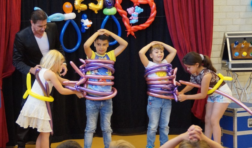 Tijdens Balloonmagic waren er goocheltrucs met ballonnen en ballen. Leerlingen mochten helpen, vasthouden, raden, meespelen en winnen.