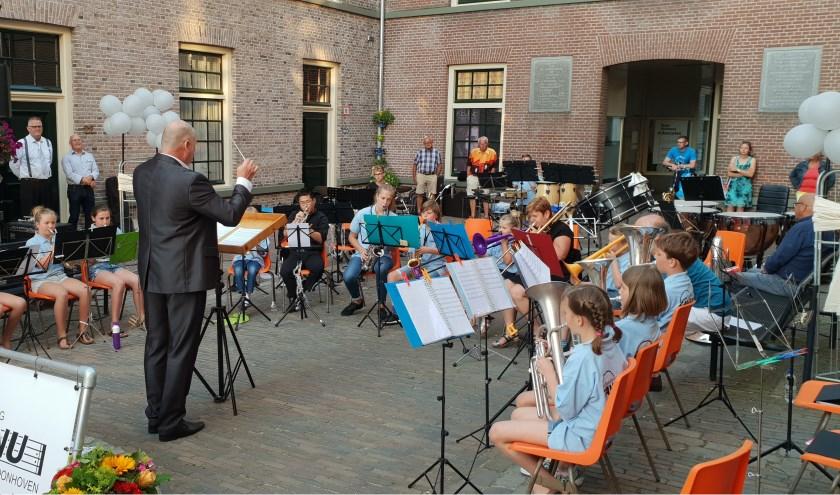 Het vrij nieuwe jeugdorkest, bestaande uit ca. 15 enthousiaste muzikantjes, laat graag horen wat zij in korte tijd al hebben kunnen instuderen.