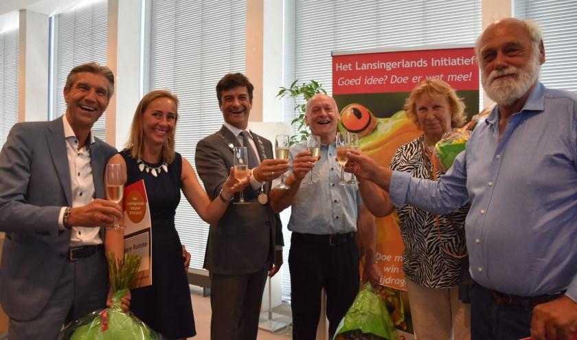 Van links naar recht: Wethouder Simon Fortuyn, Sandy Rijs, burgemeester Pieter van de Stadt, Cor Overmeer, Jelly van Vliet en Gert van Vliet