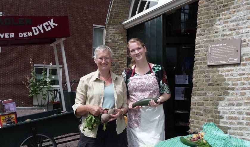 Annette de Vlieger (l) van het Groenekratje en Claudia van Gestel, vrijwilligster in molen Kyck over den Dyck.