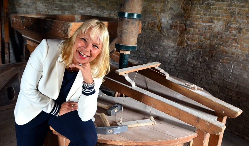 Ingrid Aaldijk is voor de foto op de korenmolen geklommen (Foto Frans Assenberg).