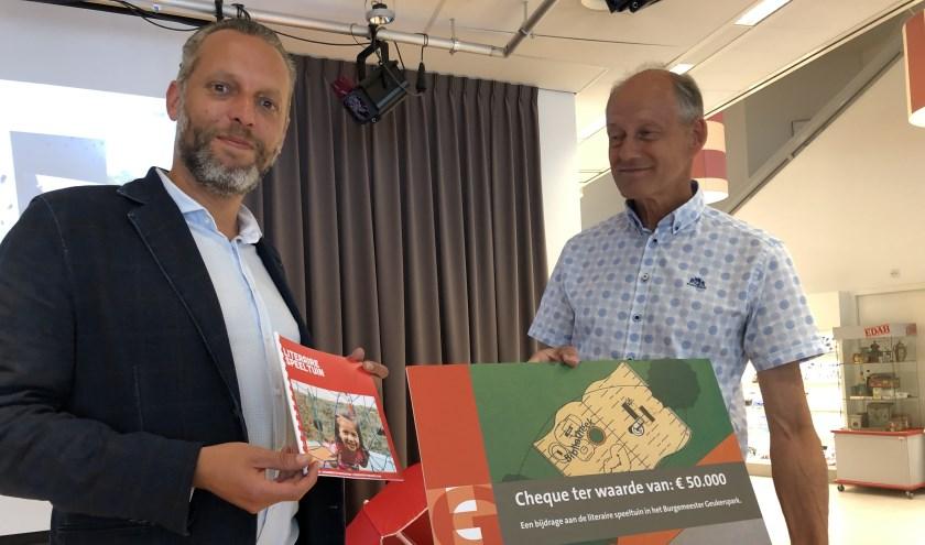 Wethouder Erik de Vries mocht de cheque van 50.000 euro overhandigen.