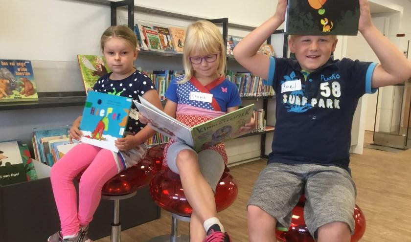 Kinderen hebben plezier in de ZomerBieb-activiteiten.