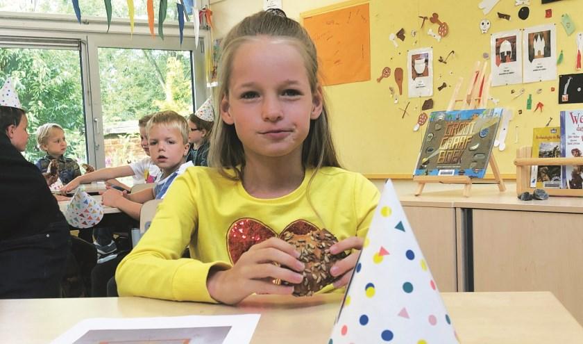 Jasmijn de Jong van OBS de Populier uit Boskoop, smult van haar liefdesbroodje.