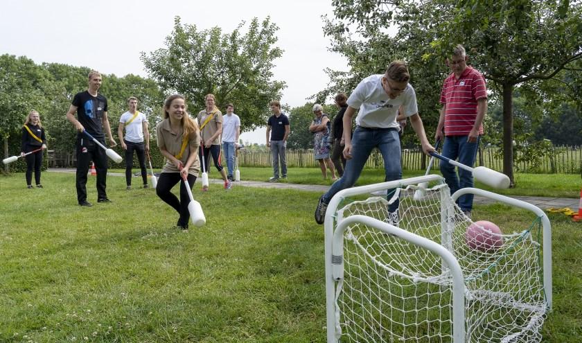 Samen een potje knotsbal spelen op zorgboerderij De Witte Schuur.