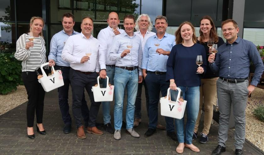 De mensen van Sovinos en het salesteam van Delta Wines proosten op hun samenwerking. ,,We gaan met The V-Rosé wereldwijd 'n merk neerzetten waar zowel Nederland alsSpanje trots op mogen zijn.''