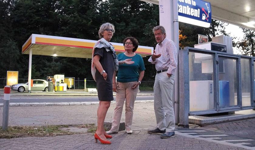 V.l.n.r. Joke van den Essenburg, Olga Matthijssen en Jan Huyser bij de te verplaatsen tankstations langs de Woudenbergseweg (N226). FOTO: Hanny van Eerden