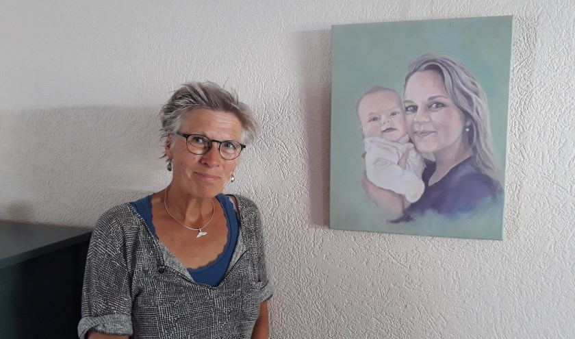 """Irene van Leeuwen exposeert dit kwartaal in het gemeentehuis. """"Met schilderen zoek ik de harmonie."""" (foto: Ceciel Bremer)"""