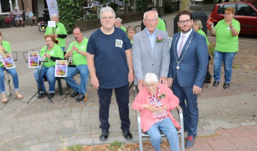Zoon Jan, echtpaar Mengerink, burgemeester Van 't Erve voor de Koolhazen die lang zal ze leven speelden. (Foto: Arjen Dieperink)
