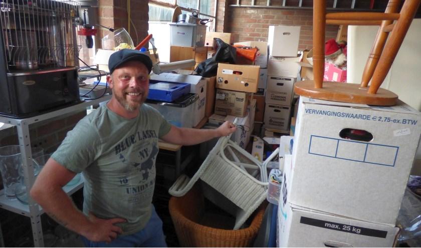 Spullen genóeg in de opslag en ongeopende dozen nog meer. Jeroen van der Meer laat iedereen zelf schat zoeken tijdens de Boeskool is Lös.