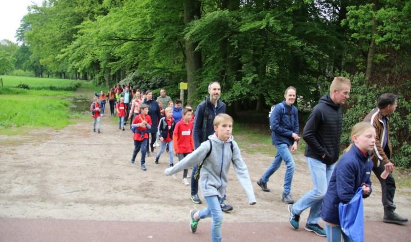 De Avondvierdaagse trekt jaarlijks meer dan duizend deelnemers maar dreigt nu te verdwijnen. (foto: Skeelerclub Oost Veluwe)